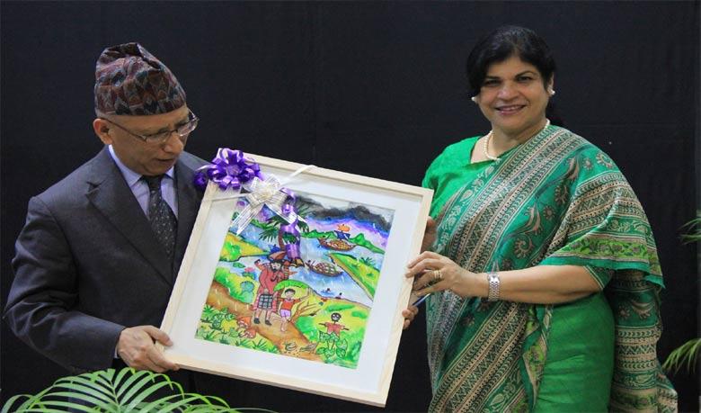 নেপালের রাষ্ট্রদূতের হাতে তুলে দেওয়া হয় সম্মাননা (ছবি: জিয়া হাশান)