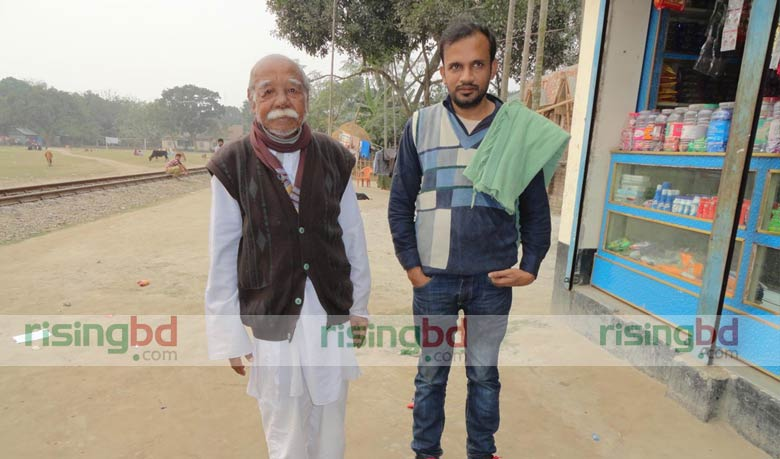 ভাষাসংগ্রামী মহেন্দ্রনাথ রায়ের সঙ্গে স্থানীয় সাংবাদিক হায়দার আলী বাবু