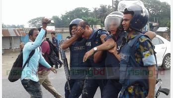 বিজয়নগরে মন্ত্রী : পিকেটারদের আঘাতে ওসি আহত