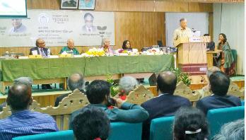 বাংলাদেশ ব্যাংক পুরস্কার পেলেন আজিজুর ও মাহবুব