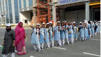 ওয়ালটন কারখানা পরিদর্শনে ভিকারুননিসার ছাত্রীরা