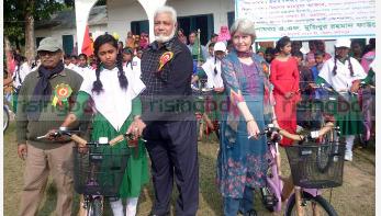 বাইসাইকেল উপহার পেয়ে ১৫ ছাত্রী আনন্দে আত্মহারা