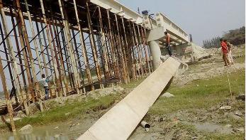 সোনাগাজীতে ধসে পড়েছে নির্মাণাধীন সেতুর গার্ডার