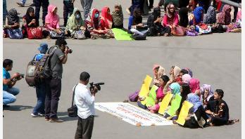 Home Economics girls block Nilkhet road