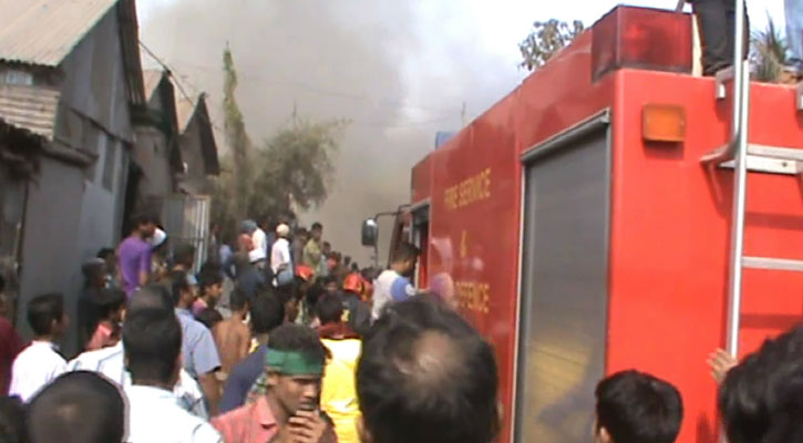 Fire at Tongi slum, Jhut godown under control