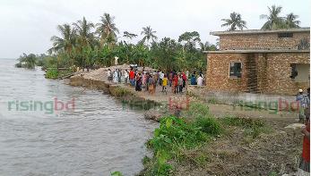 পদ্মার ভাঙনে বিলীন হচ্ছে ঘরবাড়ি ও শিক্ষা প্রতিষ্ঠান