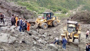 100 people feared buried in China landslide