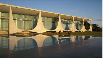 Car rams gate at Brazil president palace