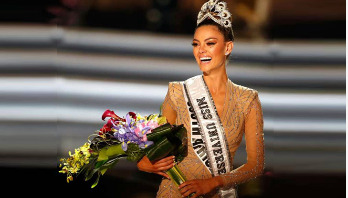 Demi Peters crowned Miss Universe 2017