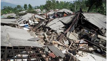 ইন্দোনেশিয়ায় ভূমিকম্পে ধসে পড়েছে শতাধিক বাড়ি