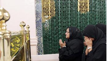 PM offers ziarat at Prophet (PBUH) at Masjid Al-Nabawi