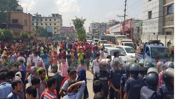 Garment workers block highway for salary in Gazipur