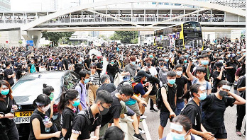 Thousands surround Hong Kong police headquarters