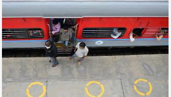 তিন ধাপে 'আনলক' হবে ভারত
