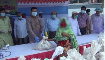 খাদ্য সামগ্রী পেল জয়পুরহাটের ৫ শতাধিক হতদরিদ্র