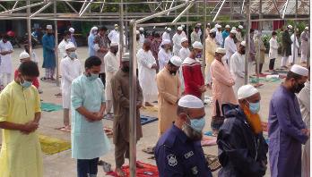গোপালগঞ্জের স্বাস্থ্যবিধি মেনে মসজিদে ঈদের নামাজ আদায়