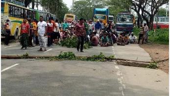 সাভারে শ্রমিকদের ঢাকা-আরিচা মহাসড়ক অবরোধ