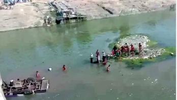 বিয়ের যাত্রী বহনকারী বাস নদীতে, নিহত ২৪