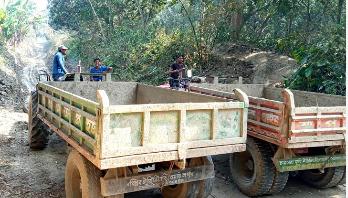 সরকারি খালের মাটি সড়কে ভরাটের নামে ইটভাটায় বিক্রি