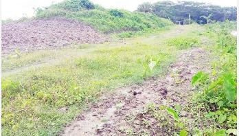 নদী খননের মাটি অপরিকল্পিতভাবে রাখায় বিপাকে কৃষক