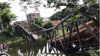 মুন্সীগঞ্জে বেইলি ব্রিজ ধসে পড়ে যাত্রী ভোগান্তি