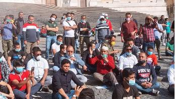 ইতালিতে বৈধতার আবেদন শুরু, বাংলাদেশিদের প্রতিবাদ