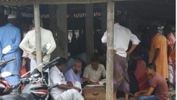 স্বাস্থ্যবিধি মানা হচ্ছে না পীরগাছা সাব রেজিস্ট্রি অফিসে