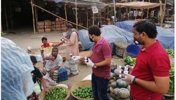 স্যানিটাইজার ও খাদ্যসামগ্রী দিচ্ছে ইম্পাওয়ার ফাউন্ডেশন
