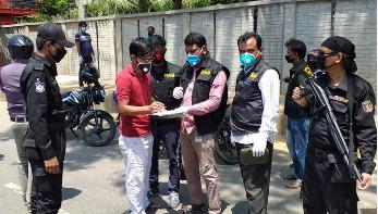 রাস্তায় ঘোরাঘুরি: ঢাকায় ৩২ জনকে জরিমানা