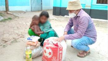 অসহায় কিশোরী আয়েশাকে খাদ্যসামগ্রী, বাড়ি ভাড়া দিলো রাইজিংবিডি