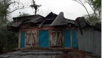 কলাপাড়ায় ঝড়ে অর্ধশতাধিক ঘরবাড়ি বিধ্বস্ত