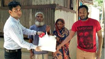 সুবিধাবঞ্চিতদের খাবার দিচ্ছেন উপজেলা নির্বাহী কর্মকর্তা
