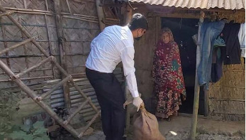 হতদরিদ্রদের বাড়িতে খাদ্যসামগ্রী পৌঁছে দিচ্ছেন ইউএনও'রা