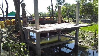 সরকারি খাল দখল করে দোকান ঘর